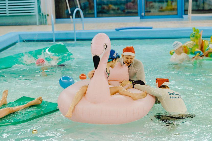 Zabawy w basenie w mikołajki