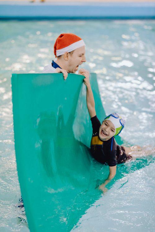 Zabawy z instruktorem pływania na basenie