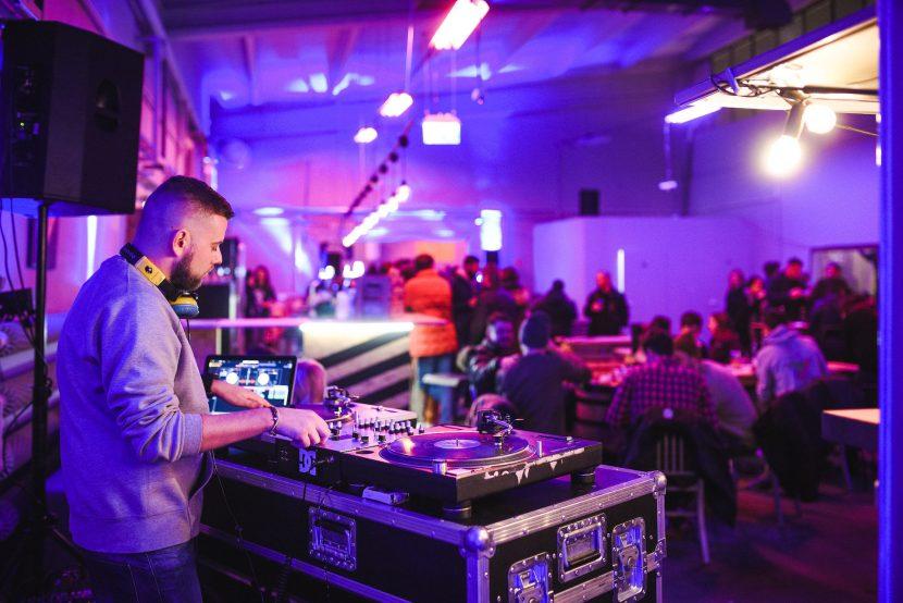 DJ gra muzykę na targach kulinarnych