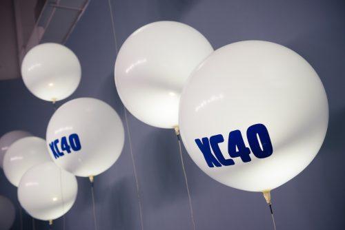 Białe balony z logo XC40