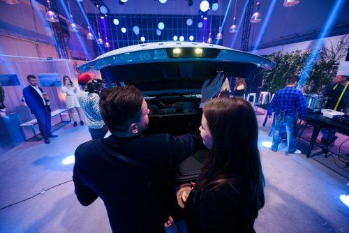 mężczyzna i kobieta otwierają bagażnik auta