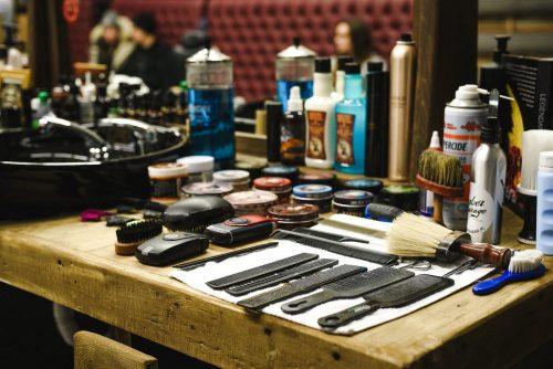 Grzebienie i maszynki na stole barbera