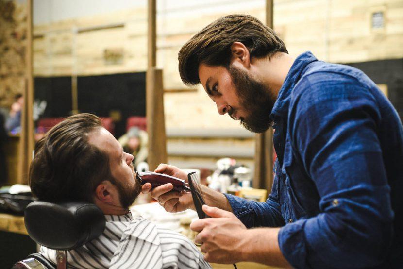 Barber goli brodę maszynką