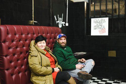 Ludzie na czerwonej kanapie