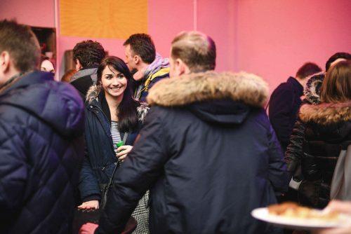 Ludzie w kurtkach i uśmiechnięta kobieta
