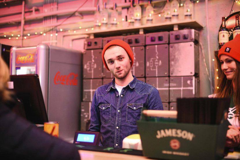 Barman w pomarańczowej czapce