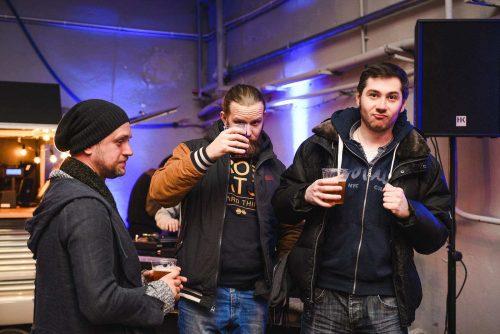Mężczyżni z piwem w plastikowych kubkach