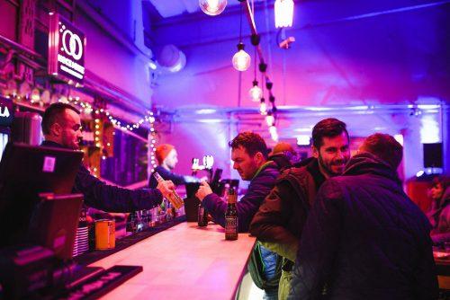 Bar w fioletowym świetle