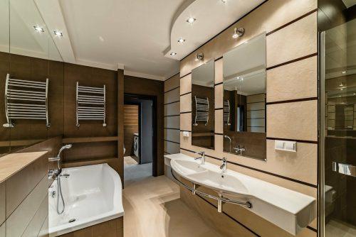 łazienka z podwójną umywalką, wanną i prysznicem