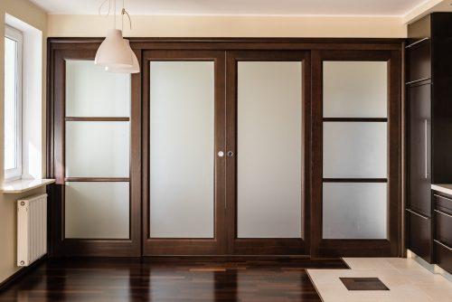 duże rozsuwane drzwi do salonu