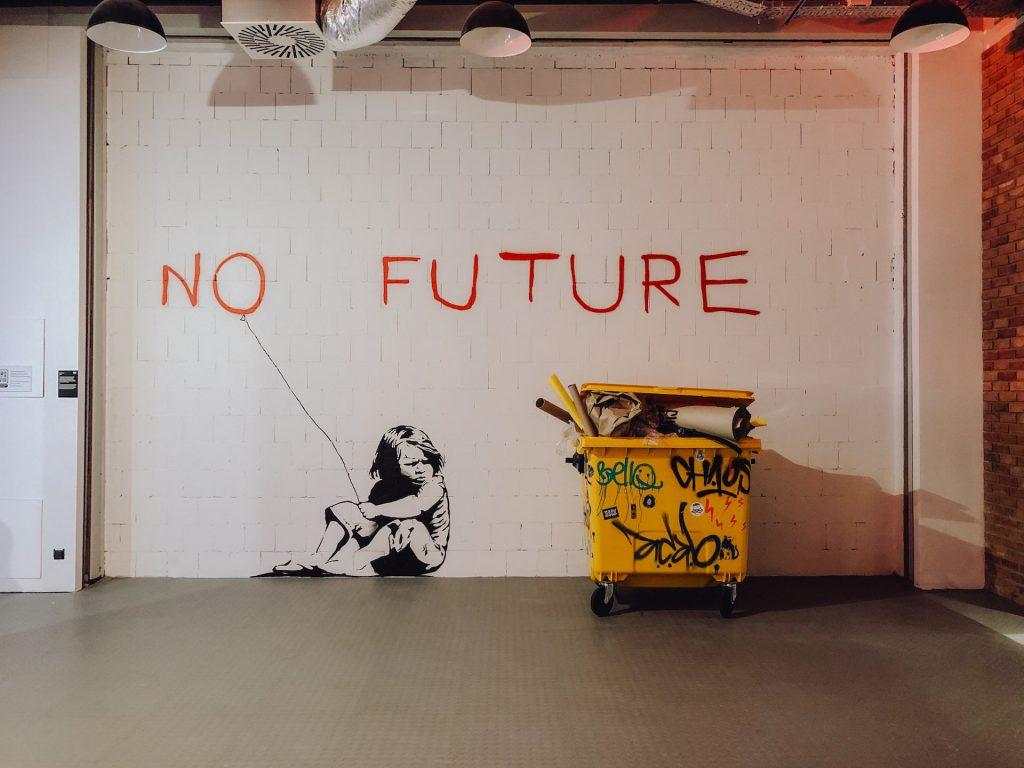 Mural No future i żółty śmietnik