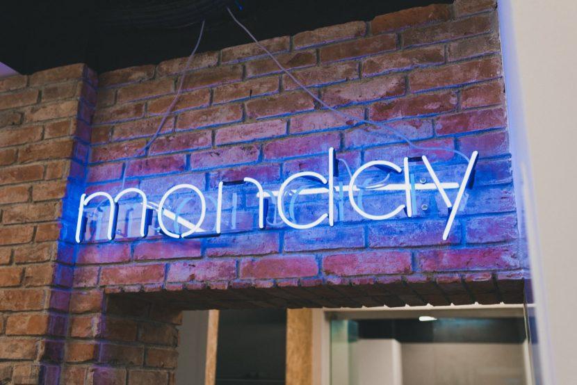 Neon z napisem Monday PR