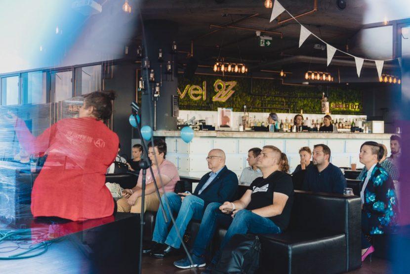 Ludzie na kanapach w klubie level 27