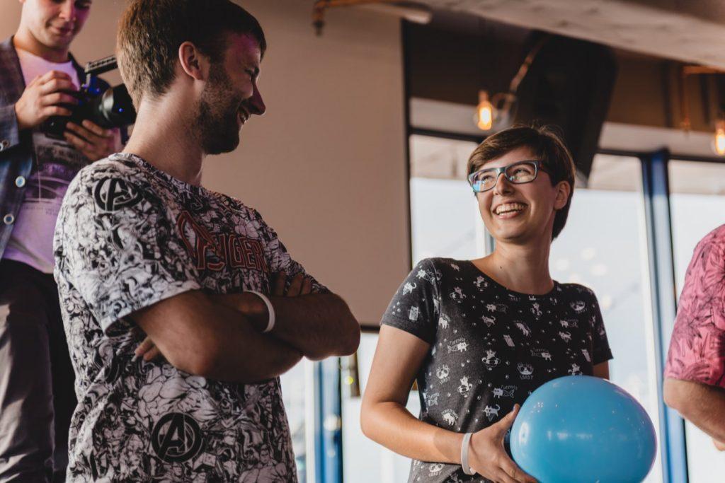 Uśmiechnięta dziewczyna z niebieskim balonem