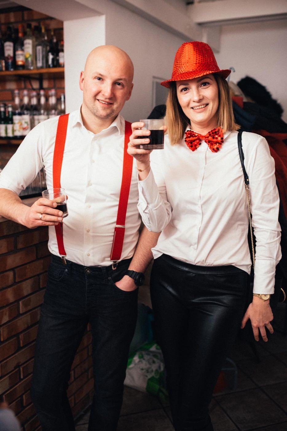 Para ubrana w stylu Black Red white stojąca przy barze