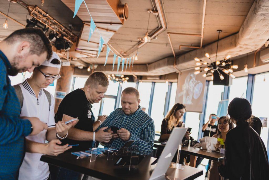 Ludzie oglądający telefony komórkowe