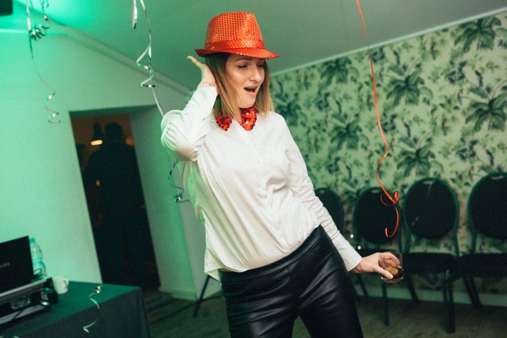 Kobieta w czerwonym kapeluszu