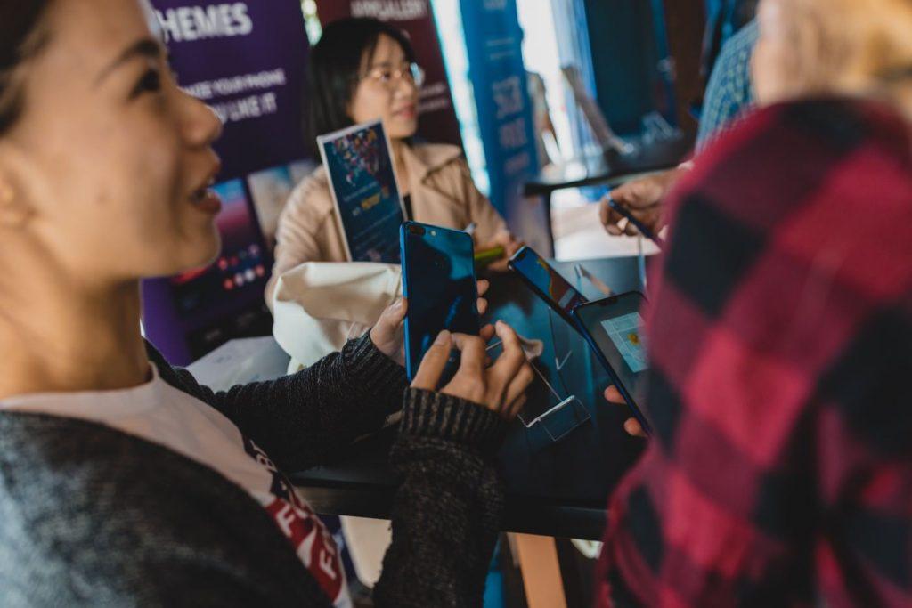 Kobieta pokazuje telefon komórkowy