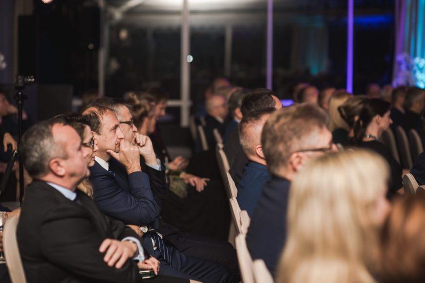 Zdjęcie publiczności siedzącej w rzędzie