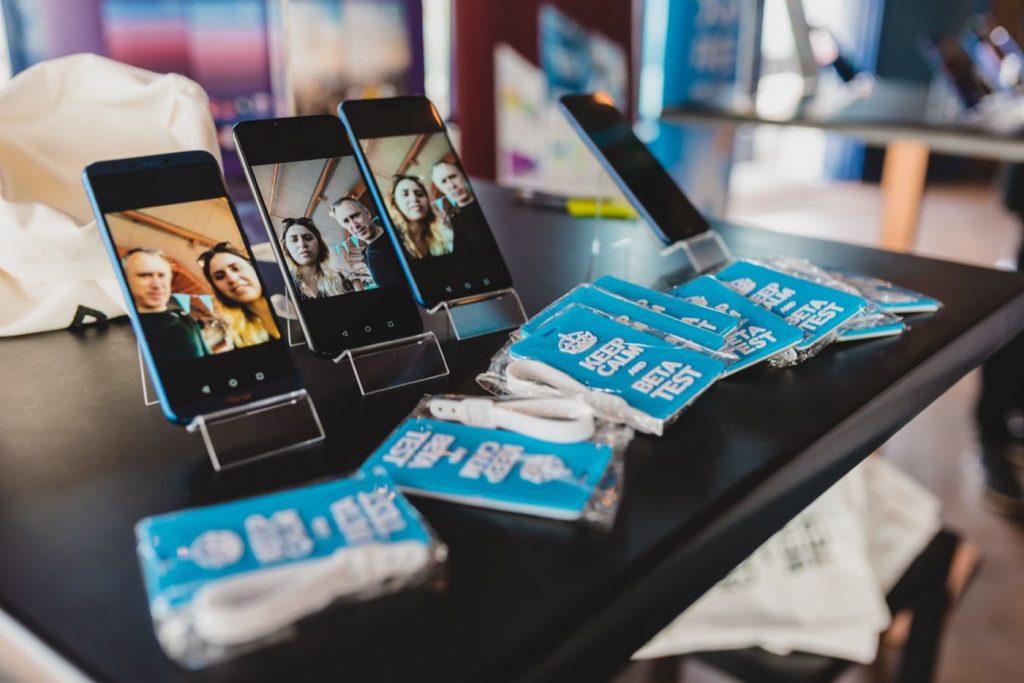 Telefony komórkowe na podstawkach i gadżety
