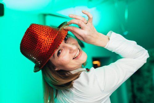 Dziewczyna w czerwonym kapeluszu na zielonym tle