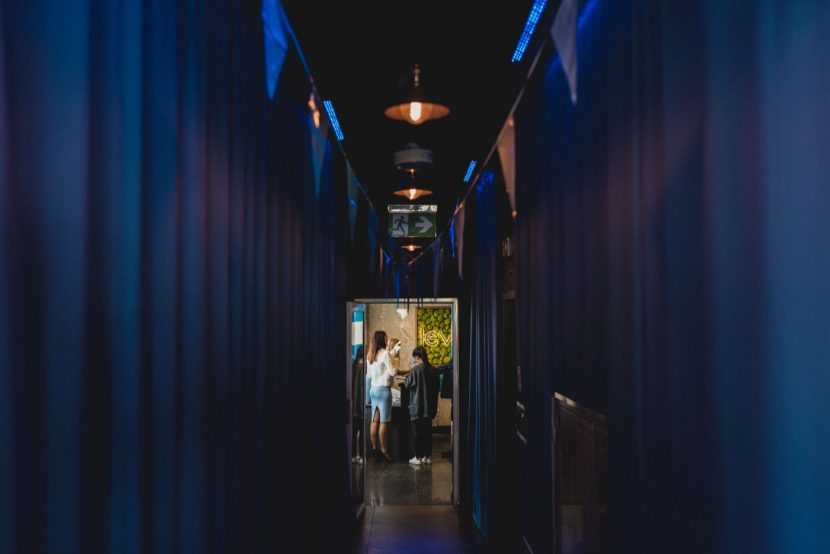 Niebieski korytarz w klubie level 27