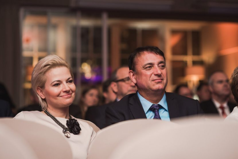 Kobieta i mężczyzna siedzący na publiczności podziwiają koncert w restauracji Belvedere w Łazienkach Królewskich