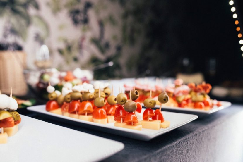 Koreczki z pomidorem serem i oliwkami