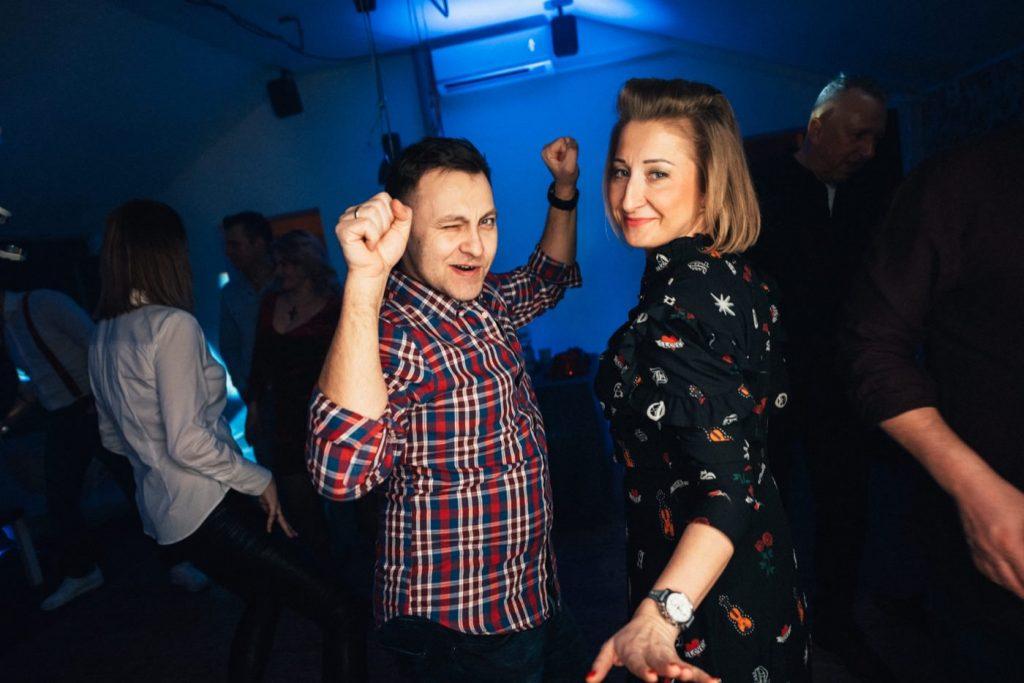Para tańczy podczas imprezy urodzinowej