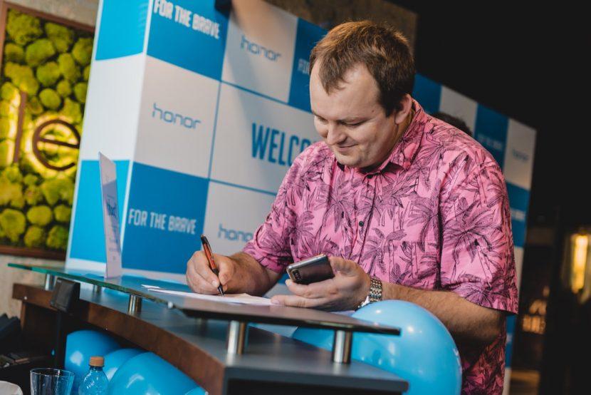 Mężczyzna w różowej hawajskiej koszuli