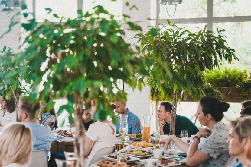 Dużo zieleni przy stołach w restauracji LIF