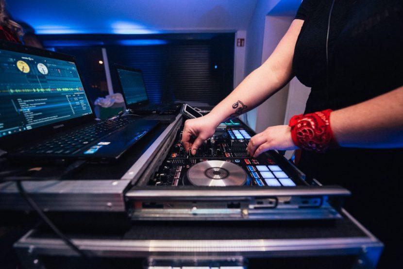 Ręce DJ-ki przy konsolecie