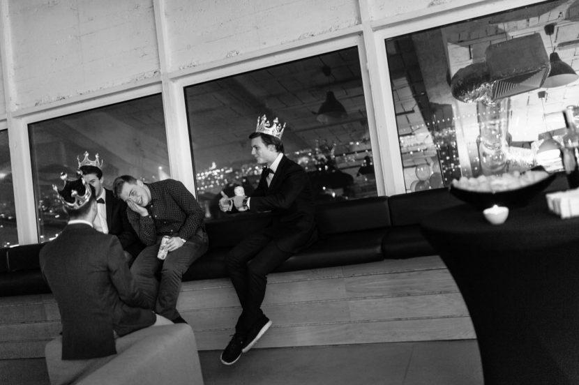 Chłopaki w koronach na parapecie