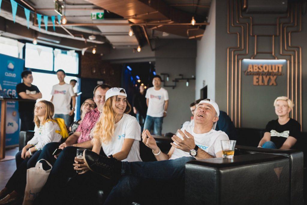 Ludzie w białych koszulkach i czapkach na czarnej kanapie