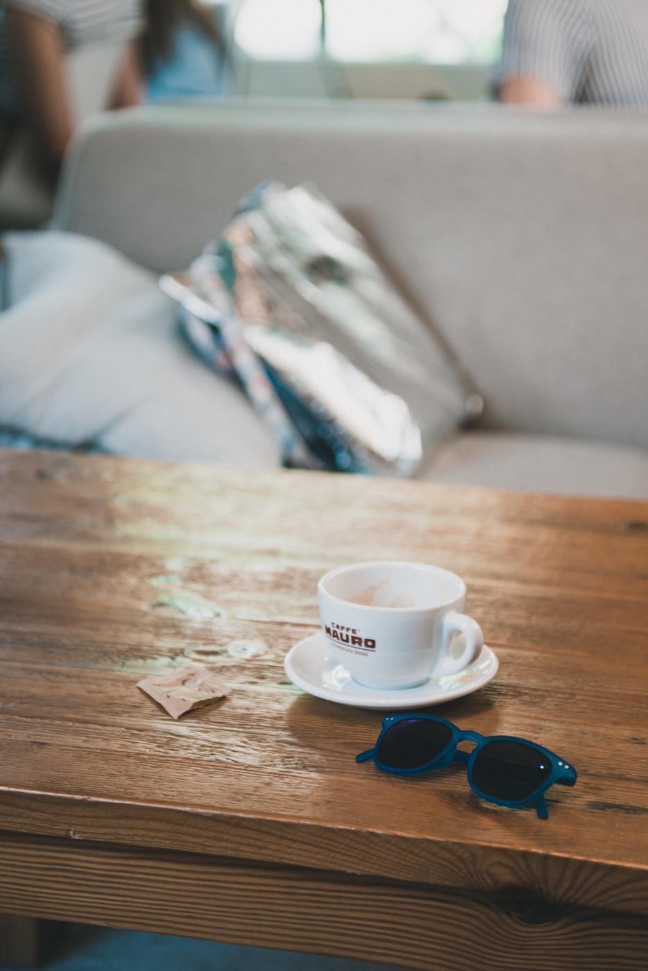 Filiżanka herbaty i okulary