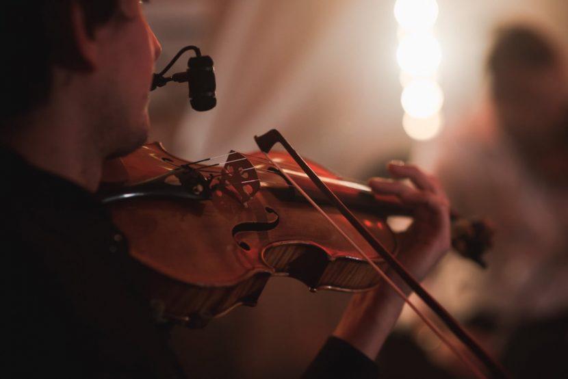 Zbliżenie na skrzypce podczas koncertu