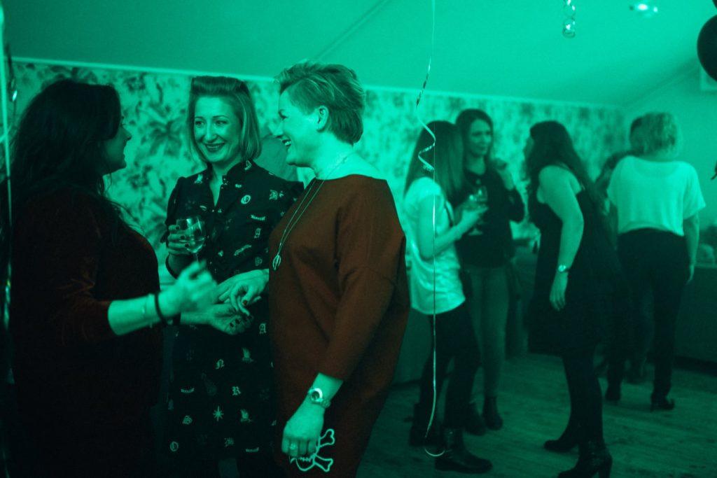 Impreza urodzinowa w zielonym świetle