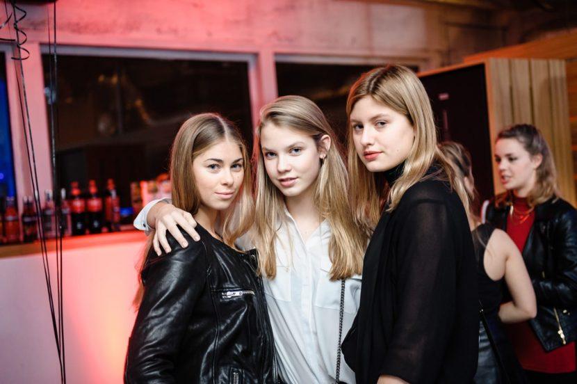 Dziewczyny na urodzinach w klubie