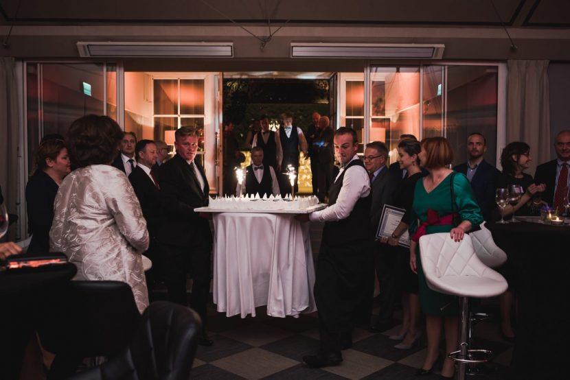 Obsługa restauracji Belvedere wnosi tort na salę