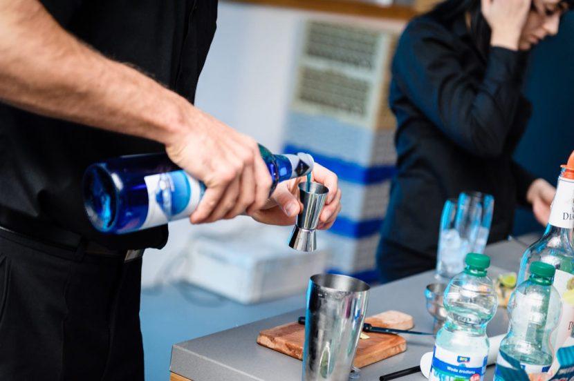 Barman nalewa niebieskie drinki