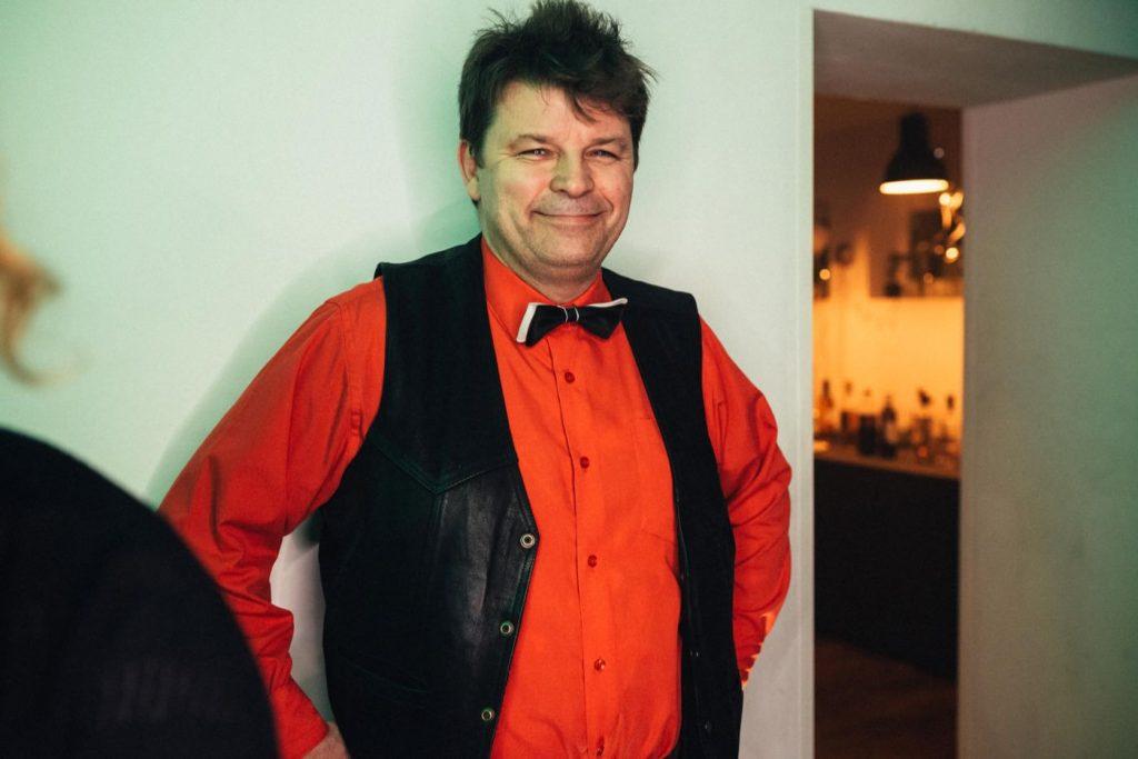 Właściciel przystanku Wisła w czerwonej koszuli i czarnej marynarce