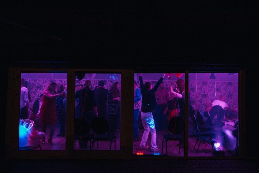 Ludzie podczas zabawy w fioletowym świetle w przystanku wisła