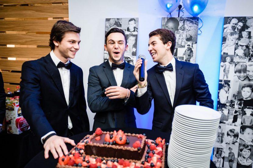 Trzech solenizantów przemawia przy torcie urodzonym na urodzinach w Smolna 8