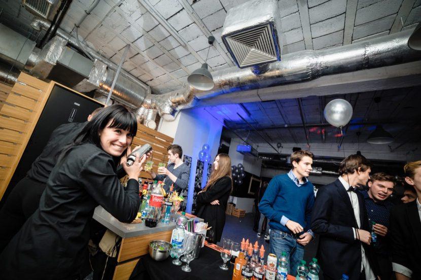 Barmanka używa shakera na urodzinach w klubie
