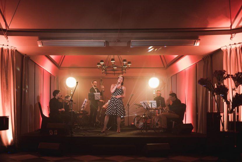 Koncert na scenie w restauracji Belvedere w Łazienkach Królewskich