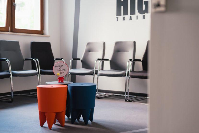 Krzesła i informacja o przerwie w szkoleniu