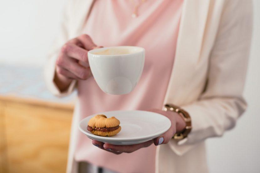 Spodek z kawą i ciastkiem
