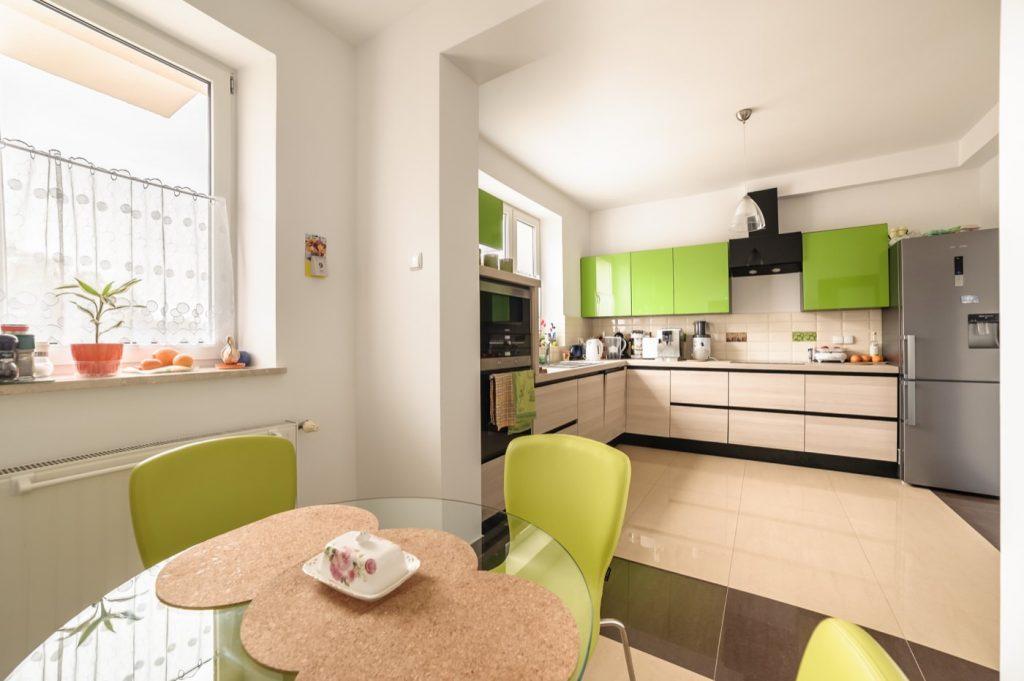 Zdjęcia domu na sprzedaż - zielono jabłkowa kuchnia