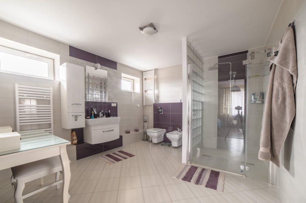 Zdjęcia domu na sprzedaż - łazienka z prysznicem