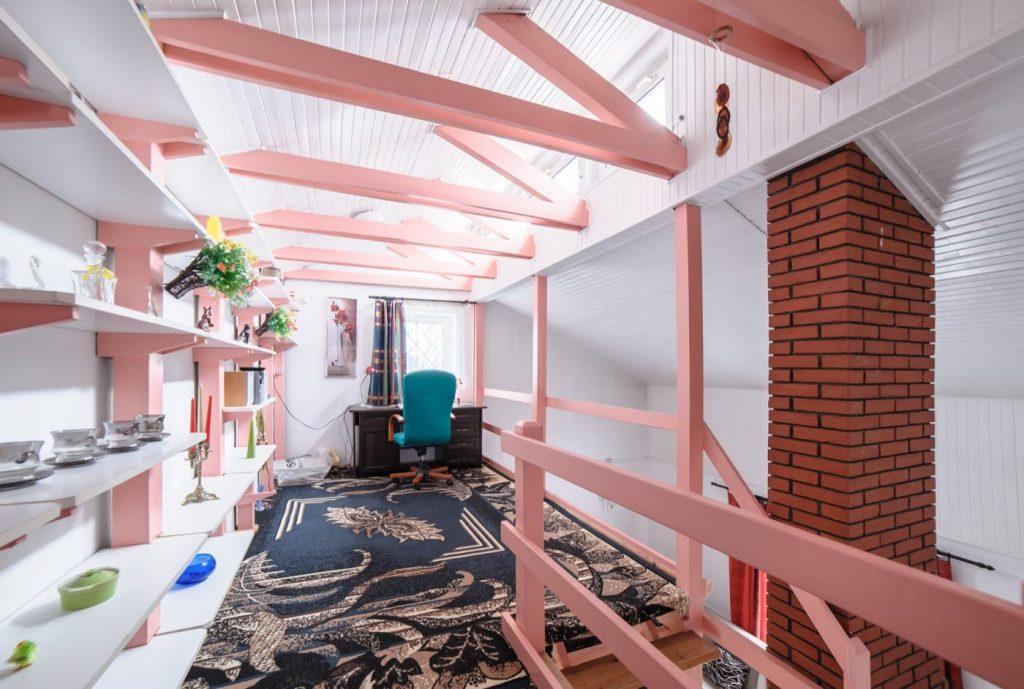 Zdjęcia domu na sprzedaż - różowa antresola